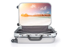 有水村庄的图片的被打开的行李在马尔代夫isl 免版税图库摄影