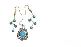 有绿松石小珠的银和金耳环 免版税图库摄影