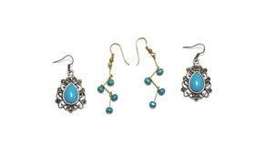 有绿松石小珠的银和金耳环 库存照片