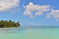 有绿松石水、蓝天和白色云彩的热带海 库存图片