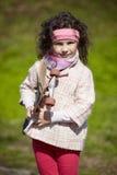 有滑板的小女孩步行的 免版税图库摄影