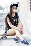 有滑板的美丽的女孩 图库摄影