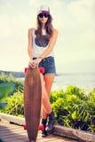 有滑板的美丽的少妇 免版税库存照片