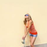 有滑板的行家女孩 免版税图库摄影