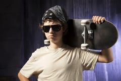 有滑板的年轻男孩 库存照片