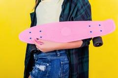 有滑板的Extrem女孩 免版税库存图片