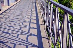 有结构的阴影的扶手栏杆桥梁 库存照片
