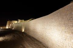 有巴林堡垒护城河的有启发性南部的墙壁  库存图片