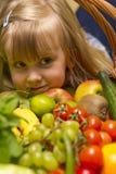 有水果和蔬菜篮子的女孩  库存图片