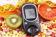 有结果的葡萄糖米、厘米、果子和医疗药片、糖尿病,微小的,健康生活方式和营养 免版税图库摄影