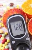 有结果的葡萄糖米、果子和五颜六色的医疗药片、糖尿病、健康生活方式和营养 免版税图库摄影