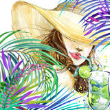 有水果鸡尾酒和热带叶子背景的美丽的少妇 女孩和海滩鸡尾酒会 鸡尾酒会海报bac 免版税图库摄影
