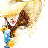 有水果鸡尾酒的美丽的少妇 女孩和海滩鸡尾酒会 鸡尾酒会海报背景 免版税库存图片
