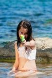 有水枪的女孩 免版税库存图片