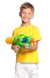 有水枪的男孩 免版税库存照片
