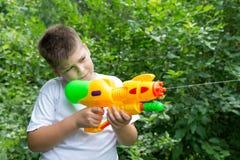 有水枪的男孩 库存照片