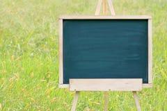 有画架的空的黑板 免版税库存照片