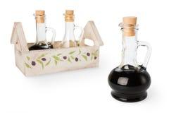 有黄柏和套的酱油玻璃瓶子在背景的调味料 免版税库存照片