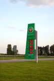 有价格的委员会在Belorusneft加油站前面 库存图片