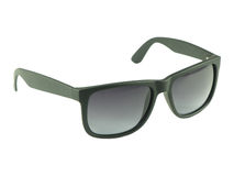 有黑框架的现代太阳镜在白色背景 免版税库存照片