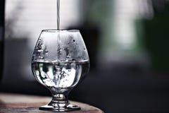 有水概念的玻璃烧杯 库存图片