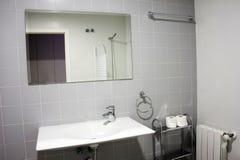 有水槽的现代卫生间 免版税库存照片