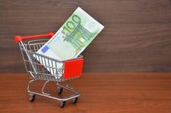 有100欧元金钱笔记的购物车 库存图片