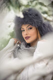 有黑毛皮盖帽和灰色披肩的可爱的妇女享受冬天的 前面观点的有构成的时兴的深色的女孩 免版税库存图片