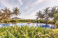 有水池和遮光罩的热带庭院全景 免版税库存照片