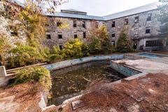 有水池的被放弃的旅馆 免版税库存照片