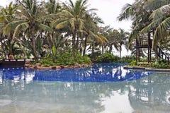 有水池的豪华庭院在热带海南岛手段 库存图片