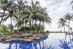 有水池的豪华庭院在热带海南岛手段 免版税图库摄影