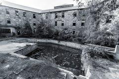 有水池的Abandonetd旅馆 库存图片