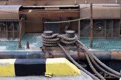 有系泊缆的系船柱 免版税库存照片