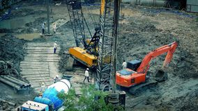 有水泥搅拌车的在建造场所的工作者和挖掘机 影视素材