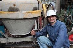 有水泥搅拌车的建筑工人 免版税库存图片