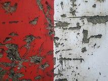 有水泥镇压的红色和白色墙壁  免版税库存图片