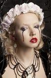 有黑泪花的美丽的年轻白肤金发的女孩 免版税库存图片