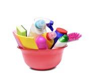 有洗涤剂瓶和化学制品的红色碗 免版税库存图片