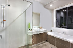 有洗涤的区域的新的卫生间包括浴盆 库存图片