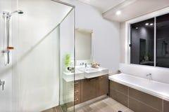 有洗涤的区域的新的卫生间,包括浴盆 免版税库存图片