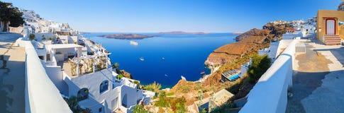 有破火山口、旅馆、餐馆、房子和游轮的Fira全景在从Fira镇,圣托里尼,希腊的海湾 库存图片