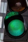 有绿灯的红绿灯 库存照片