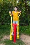 有锻炼机器的亚裔泰国女孩在公园 免版税库存图片