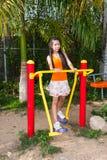 有锻炼机器的亚裔泰国女孩在公园 免版税库存照片