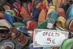 有价牌的手工制造皮鞋 免版税库存照片