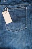 有价牌的蓝色牛仔裤 库存图片