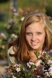 有暴牙的微笑的白肤金发的女孩 免版税库存照片
