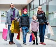 有购物在城市的孩子的父母 库存照片