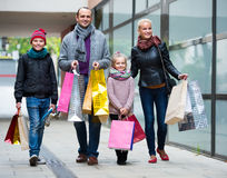 有购物在城市的孩子的父母 库存图片